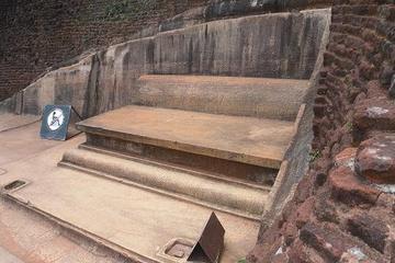 Шри. Царский трон во дворце на вершине горы.