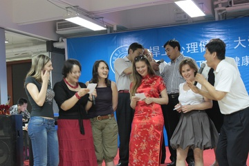 Китайцы вдохновились и предложили спеть вместе, на двух языках.