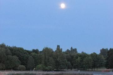 Отражение Луны в водоёме